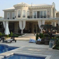 Villa con piscina e finestre Albertini Windows