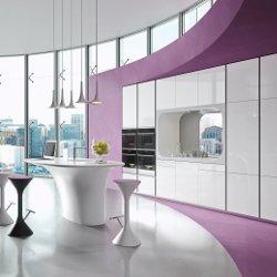 Cucina con penisola centrale progettata da Karim Rashid per Rastelli Cucine