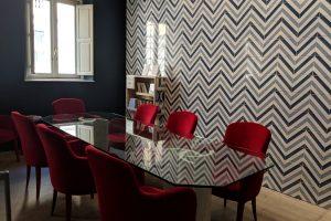 Sala per riunioni con tavolo in cristallo di Status Contract, poltroncine Montbell e Basi in marmo di Bianco67